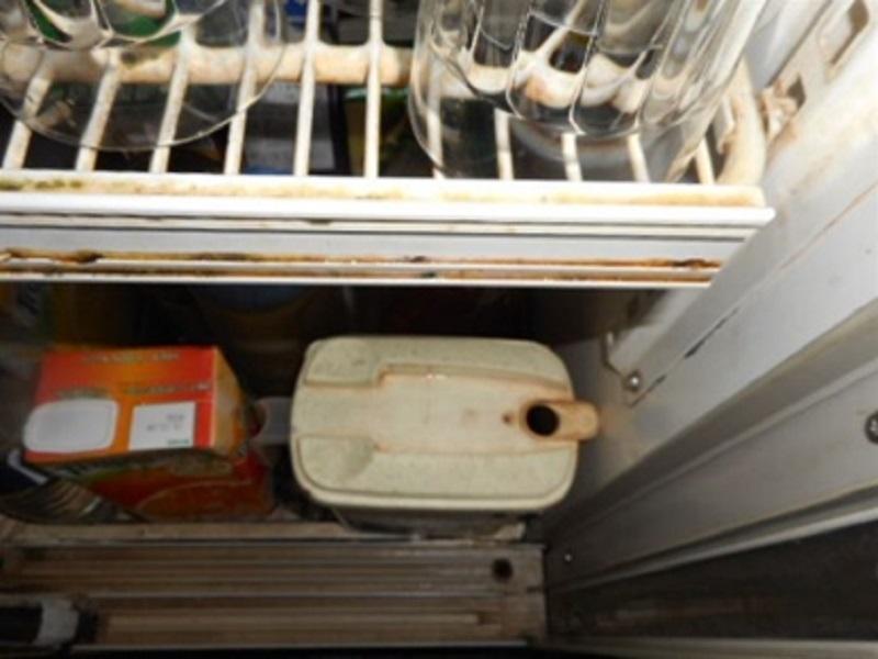 ショーケース内の烏龍茶保管容器の蓋がありません。ショーケース棚も汚れているため、汚れが落下して烏龍茶保管内に入っていることが推察されます。また、容器の注ぎ口周辺も汚れているようです。汚れが混入された烏龍茶をお客様に提供していることになります。目には見えなくとも烏龍茶はかなり汚染されている状況になっていると考えて、密封保管することや洗浄・清掃の重要性を考えてみましょう。