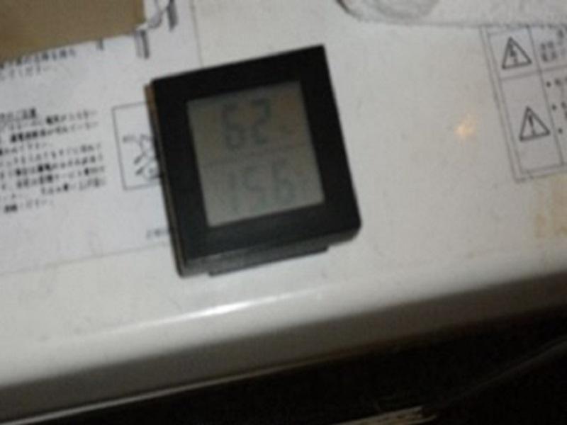 厨房入口の小さいショーケースの温度が5℃以上(調査開始から終了までの間測定した温度計表示は15.6℃)で、まったく冷えていない状態でした。保管しているものの品質の劣化が危ぶまれます。食中毒につながる恐れもあります。冷蔵庫などは早急に修理されることをおすすめします。