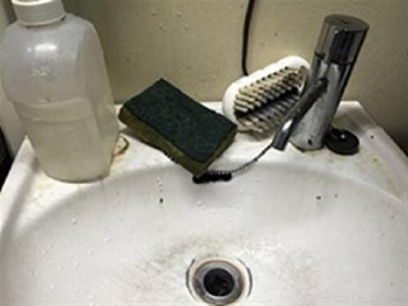 手洗い場に汚れが見られ、汚れた爪ブラシが吊り下げられずに保管されている状態です。汚れて湿ったスポンジも手洗い器に直置きされています。汚れた爪ブラシを使用することで手指に汚れを拡散してしまいます。手洗いは食品を扱う上で一番重要な行為です。手洗い器や備品の衛生状態の改善が望まれます。又、濡れた爪ブラシやスポンジ類は細菌温床になる為、乾燥を促す保管が望ましいです。