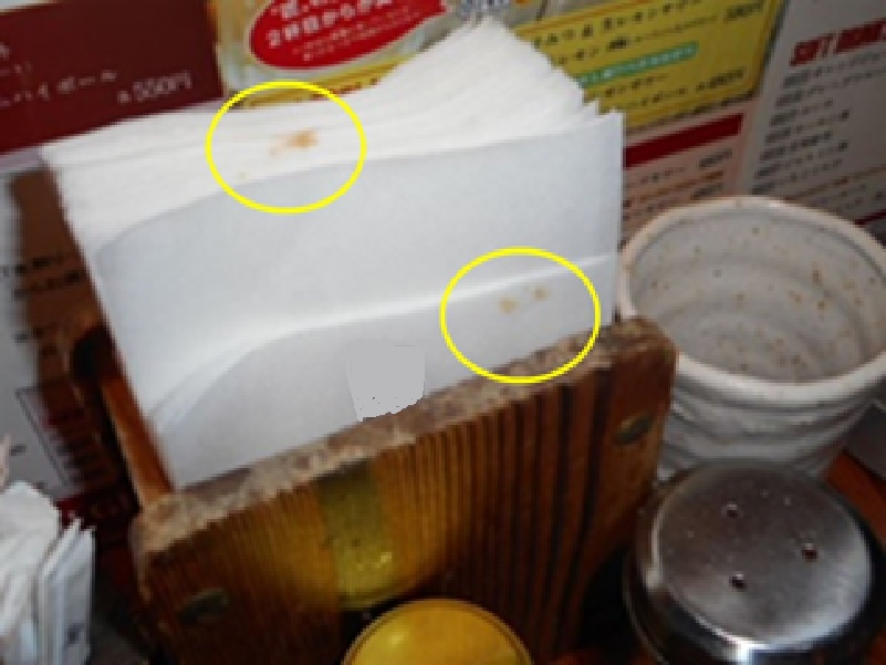 客室テーブル席に設置してある紙ナプキンに調味料汚れが見られます。ヒアリングにて、カスター類のチェック頻度が足りていないようでした。紙ナプキンは不特定多数の人に汚れが付着します。感染症が流行している場合は常設しない、こまめにカスター類は詰め替えや清掃を行うことが必要です。