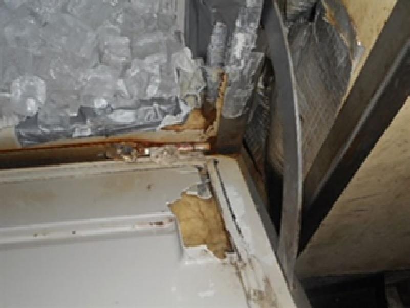 製氷機の扉や庫内の破損があり、修理や交換などの改善措置が見られません。安全なお料理を提供することが最優先です。写真からみても分かるように安全な氷を提供しているといえるでしょうか?異物が混入したり、汚染された氷を提供しないよう早急の改善が求められます。