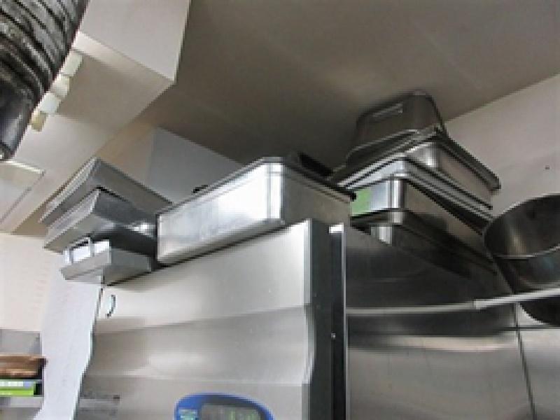 リーチインの上に器具等物が多く乗せられています。コンデンサー部に空気が回らず、冷却能力の低下や故障の原因になる恐れがあります。食品を安全な温度で管理するためや機械の状態を維持するためにも器具の保管場所を検討しましょう。